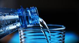 Eau pure avec un filtre à eau Berkey, meilleure que l'eau en bouteille