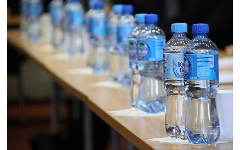 De l'eau en bouteille, sans blague!